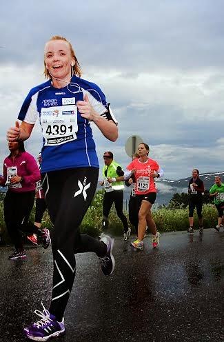 Her er jeg i farta under sommerens Midnight Sun Marathon. Fortsatt tidlig i løpet. Har derfor krefter til å løfte tommelen opp. Mot slutten lar sånt seg ikke gjøre... Foto: Northern Runners