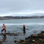 Jepp, jeg er en av disse idiotene som har hoppet i havet helt uten mål og mening. Her fra da jeg og mannen karret oss inn til land igjen etter et iskaldt bad i Tromsø i går. #hoppihavet