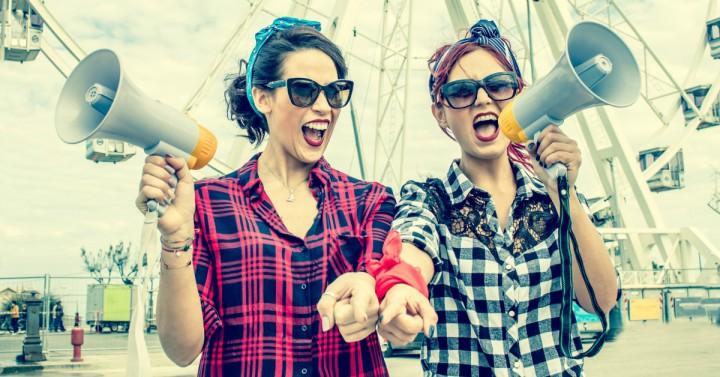 Politisk aktive damer med megafoner