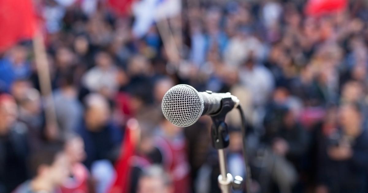 Politisk engasjement illustrert med mikrofon på demonstrasjon.