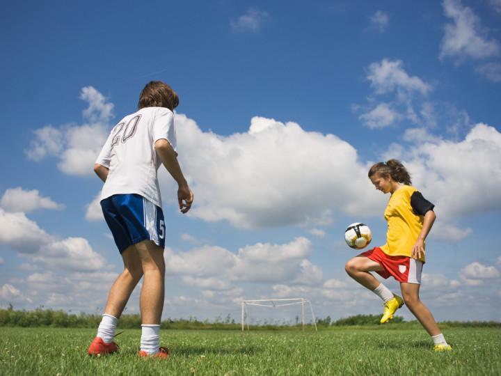 fotball-jente-gutt-shutterstock-57690796